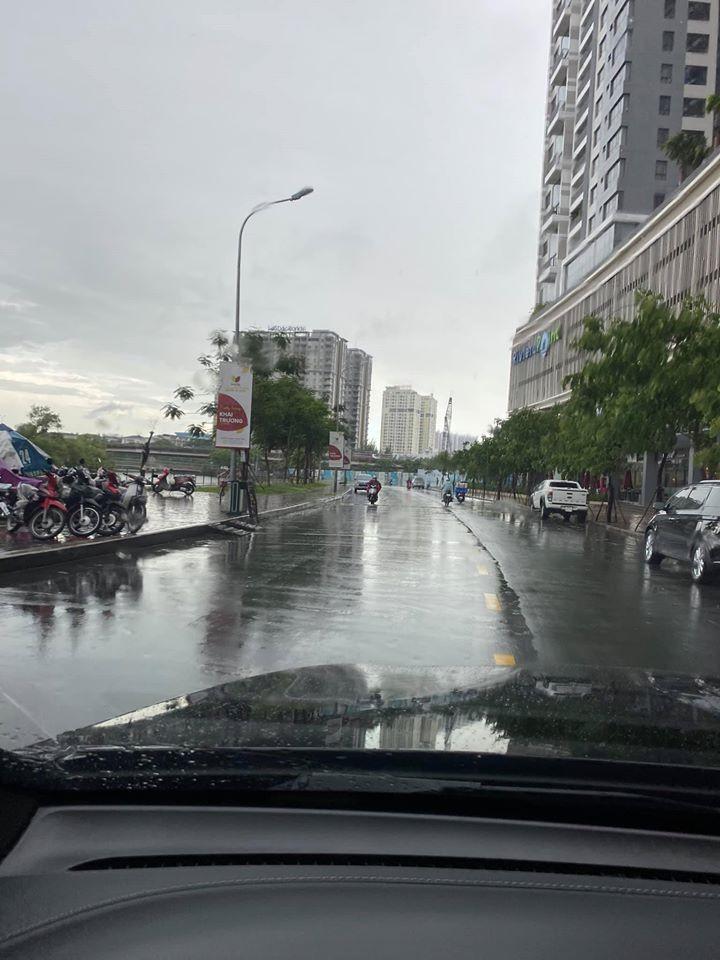 Sáng ra đường, trời mưa nhiều thật! Có lộc có lộc! #Tuần mới tươi nhé anh em