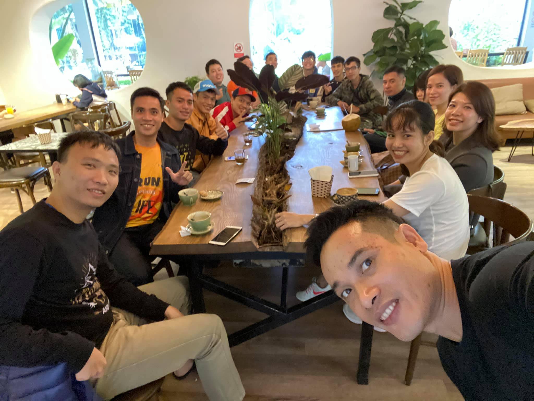 Cafe trước khi nhận Bib của giải LongBien Marathon 3h sáng mai!!